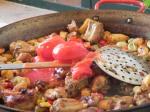 Ajout des tomates en conserve à la paella.