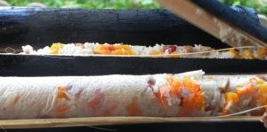Riz cuit au Barbecue dans du bambou